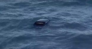 Vídeo: Maré sobe e arrasta Caminhonete para o mar na Bahia