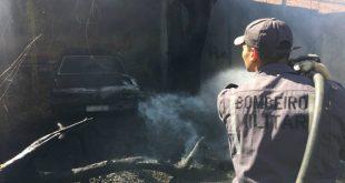 Incêndio atinge depósito de carros antigos em Barreiras