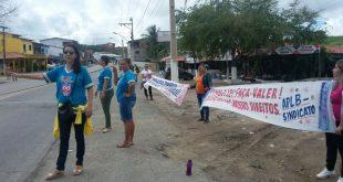 Firmino Alves: Prefeitura corta salário e professores grevistas fazem pedágio para arrecadar dinheiro