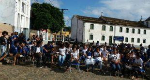 Alunos fecham rua com cadeiras em protesto por reforma de escola em Itacaré