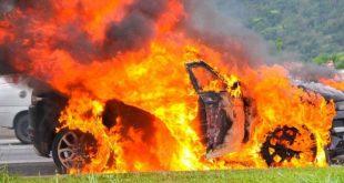 Barbárie: Bandidos ateiam fogo em carro e dois ocupantes morrem carbonizados; Vídeo