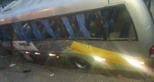 Micro-ônibus com universitários de Ipirá se envolve em acidente; um morre e doze ficam feridos