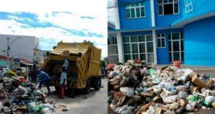 Anagé: Sem salários há 4 meses, garis descarregam lixo em frente à prefeitura; VÍDEO