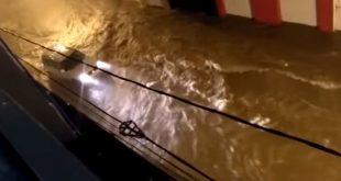 Vídeos: Temporal alaga ruas, casas e arrasta carros e motos no centro de Conquista