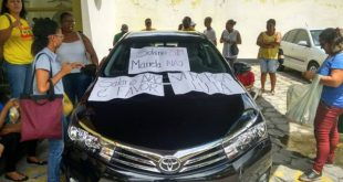 Servidores municipais de Itabuna colocam cartazes no carro do prefeito cobrando salários