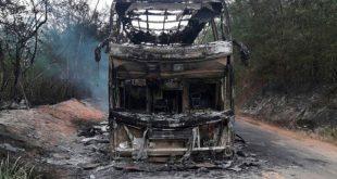 Ônibus que transportava 50 passageiros pega fogo na BA-131