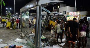 Carro invade ponto de ônibus e atropela ao menos 5 pessoas em Salvador