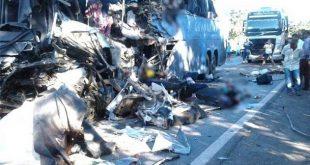 Desastre envolvendo ônibus e carreta deixa ao menos 8 mortos e dezenas de feridos na BR-020