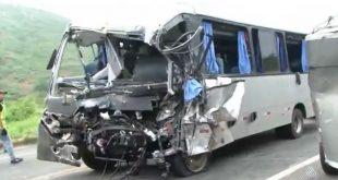 Hospital confirma terceira morte em acidente entre micro-ônibus e caminhão em Manoel Vitorino