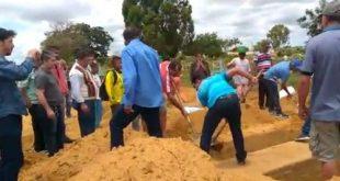 Confusão em cemitério de Conquista: Por falta de coveiro, família cava cova para sepultar ente querido