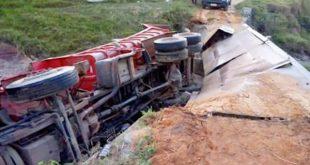 Itarantim: ponte não suporta peso de caminhão e veículo cai em rio