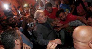 Vídeo: Lula deixa sede do sindicato dos metalúrgicos a pé e se entrega à Polícia Federal