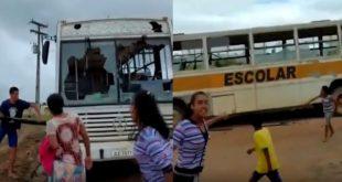 Revoltados, pais e alunos destroem ônibus escolar em péssimo estado com pedras e paus na BA