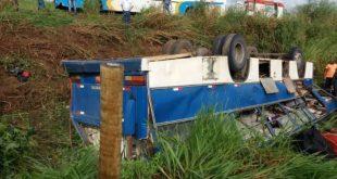 Ônibus com 46 trabalhadores tomba na BA-693 e 12 ficam feridos