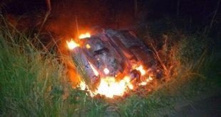 Colisão e explosão entre carro e cinquentinha deixa um morto e dois feridos em Ibicaraí