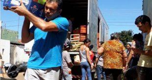 Impedido de seguir viagem, caminhoneiro doa toda carga de alimento perecível