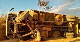 Encruzilhada: Caminhão carregado de café tomba após falha mecânica